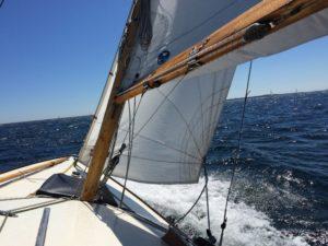 Vertrauen - Segelboot in voller Fahrt